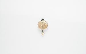 Alfiler (prendedor) corto de madre perla y chaquira|JoyeríadeEster Ventura| Compra arte en Flecha.es