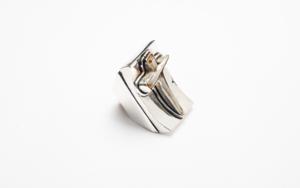 Anillo de plata 950 y cruz|JoyeríadeEster Ventura| Compra arte en Flecha.es