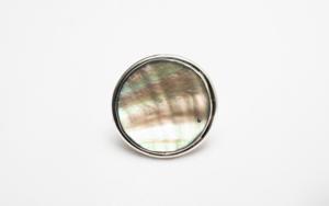 Anillo de plata 950 y madre perla tornasolada|JoyeríadeEster Ventura| Compra arte en Flecha.es