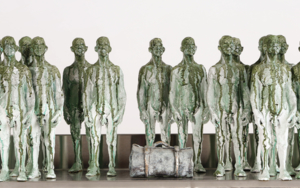 Tantas vidas en una maleta Escultura de pareddeReula  Compra arte en Flecha.es