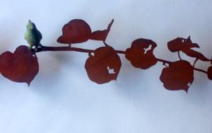 Rama con hojas de corazón y pájaro|Escultura de pareddeCharlotte Adde| Compra arte en Flecha.es