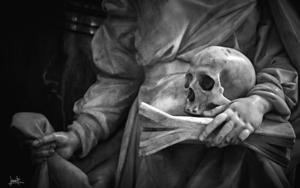 Mujer con cráneo sobre libro|FotografíadeJavier Bueno| Compra arte en Flecha.es