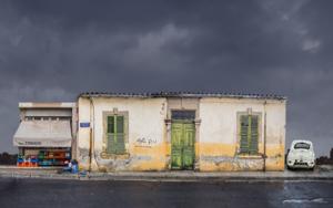 Lone building 19  :  Nicosia, Chipre FotografíadeAndy Sotiriou  Compra arte en Flecha.es