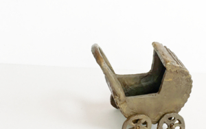 Coche de capota .  SERIE PARQUE MOVIL: JUGUETES PARA ADULTOS EsculturadeAna Valenciano  Compra arte en Flecha.es