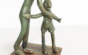 Consolar al que llora. Serie Infinitivos EsculturadeAna Valenciano  Compra arte en Flecha.es