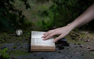 La mano en el libro FotografíadeLeticia Felgueroso  Compra arte en Flecha.es